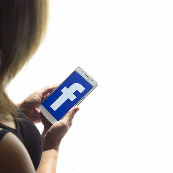 chica usando facebook movil